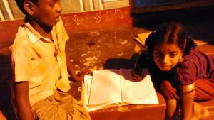 Puri, Fisher Village, sera. I compiti di aritmetica alla fievole illuminazione di strada.