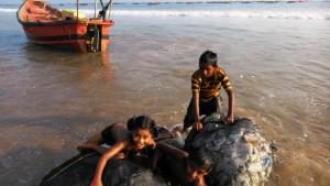Puri, Villaggio dei pescatori. La barca dei bambini, composta da due sacchi di rifiuti di plastica, legati insieme.