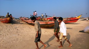 Puri, pescatori sulla spiaggia del loro villaggio.