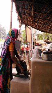 Sarnath, 20 febbraio 2016. Alimentatore per la fiamma in una tea-stall.