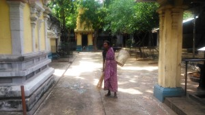 Tamil Nadu, Kanniyakumari. La custode del millenario Guganathaswamy Temple.