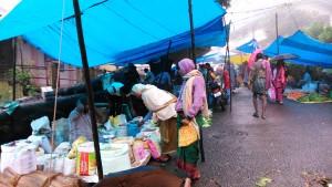 Tamil Nadu, Kodaikanal. Mercato della domenica sotto la pioggia.