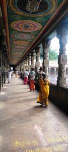 Tamil Nadu, Madurai. Il porticato intorno al laghetto del tempio.