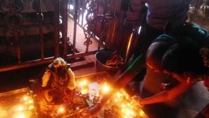 Tamil Nadu, Madurai. Lumini accanto al simbolo di Shiva.