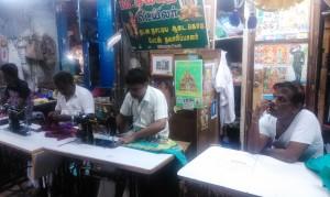 Tamil Nadu, Madurai.I sarti del mercato accanto al Sri Meenakshi Temple.