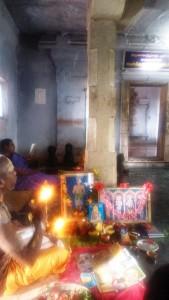 Tamil Nadu, Suchindram. Preghiera in un tempietto intorno al lago.