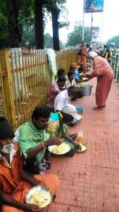 Tamil Nadu, Tanjore, ore 9.00 del mattino. Il pasto per i poveri.