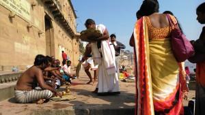 Varanasi 18 febbraio 2016. Puje di bramini sui ghat.