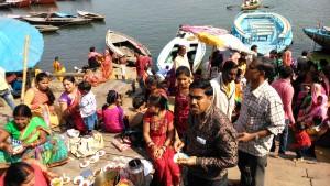 Varanasi, 19 febbraio 2016. Banchetto nuziale sul ghat.