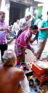 Varanasi, 19 marzo 2016. Celebrazione di apertura dell'Holi Festival in un tempio di Bengali Tola.
