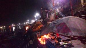 Varanasi, 19 marzo 2016. Panorama notturno sugli altarini illuminati visti dal Dasaswamedh Ghat.