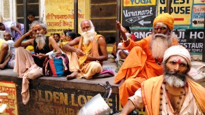 Varanasi, 2 aprile 2016. Gruppo di baba in attesa dell'ora di pranzo nei pressi dell'Annapurna Temple.