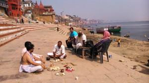 Varanasi, 21 febbraio 2016, mattina. Puja per gli antenati.