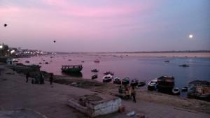 Varanasi, 22 febbraio 2016. Il levar della luna piena.
