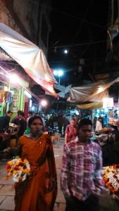 Varanasi, 22 febbraio 2016. Scorcio di luna piena sulla città vecchia.