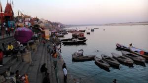 Varanasi, 23 febbraio 2016. L'ora del tramonto sui ghat.