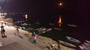 Varanasi, 23 febbraio 2016. Notte di luna calante sui ghat.