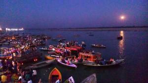Varanasi, 23 marzo 2016. Plenilunio sul Gange vista dal Dasaswamedh Ghat.