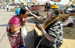 Varanasi, 24 febbraio 2016. La benedizione del guru.