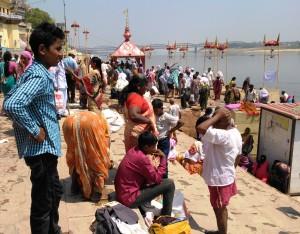 Varanasi, 25 marzo 2016. Pellegrini del Sud al Gaay Ghat, verso le 12.00.