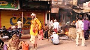 Varanasi, 27 febbraio 2016, Main Road. La preparazione del pasto per i poveri.