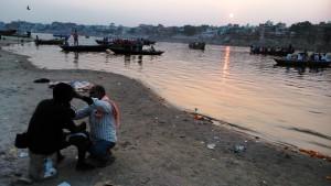 Varanasi, 27 febbraio 2016. Il tramonto sulla città visto dal di là del fiume.
