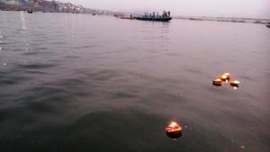 Varanasi, 27 febbraio 2016. Le nostre offerte al Gange.