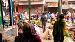 Varanasi, 27 febbraio 2016. Mercatino di ortaggi all'ingresso del Dasaswamedh Ghat.