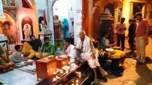 Varanasi, 27 febbraio 2016. Sera davanti ad un tempio di Bengali Tola.
