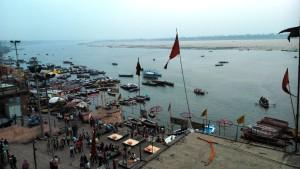 Varanasi, 27 marzo 2016. Vista dal Krisna Temple sul Dasaswamedh Ghat.