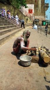 Varanasi, 28 marzo 2016. Cottura sulle braci.