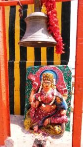 Varanasi, 3 aprile 2016. Tempietto all'Harishchandra Ghat, il piccolo borning ghat.