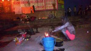 Varanasi 3 marzo 2016. La preparazione dell cena.