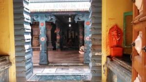 Varanasi, 4 aprile 2016. Interno del Shiva Temple nei dintorni dell'Assi Ghat.