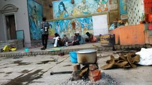 Varanasi, 4 marzo 2016. Una cucina improvvisata dai mendicanti lungo i ghat.