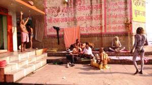Varanasi, 4 marzo 2016. Uno dei posti dove stazionano i baba seminudi.
