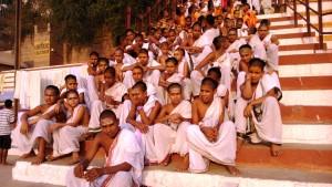 Varanasi, 5 aprile 2016. Ragazzi di una scuola recitano i mantra al sorgere del sole.