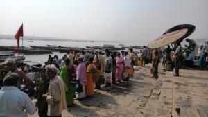 Varanasi, 9 marzo 2016. Pellegrini alle imbarcazioni sui ghat.