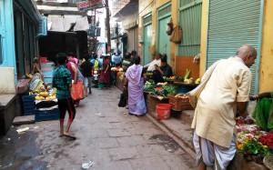 Varanasi, Chaukhambla, 25 marzo 2016. Mercatino di fiori e orto-frutta lungo i viottoli della città vecchia.