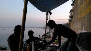 Varanasi, Rama Ghat. Panorama dalla tea-stall.