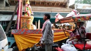 Vrindavan, 10 apprile 2016, sera. Il carro con la divinità Ganesha durante la sfilata.