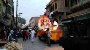 Vrindavan, 10 aprile 2016. Sfilata di carri con le immagini delle divinità.