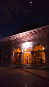 Vrindavan, 11 aprile 2016, sera. Il tempio del Mungar Raj Mandir Ashram.