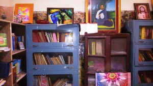 Vrindavan, 11 aprile 2016. Uno scorcio della biblioteca dell'ashram Mungar Raj Mandir.