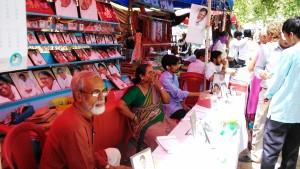 Vrindavan, 8 aprile 2016. Bancarelle al seguito della guru Amma.
