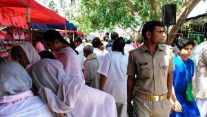 Vrindavan, 8 aprile 2016. La zona delle bancarelle al meeting della guru Amma.
