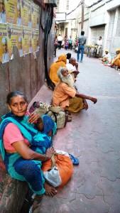 Vrindavan, 8 aprile 2016. Mendicanti vicino al tempio di Krishna.