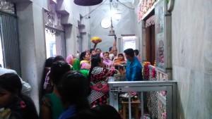 Vrindavan, 9 aprile 2016, verso sera. Offerta e redistribuzione dei doni al Katyayni Peet Temple.