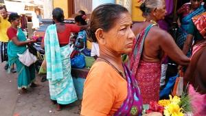 Gokarna, 29 gennaio 2017. Vendita di offerte davanti al tempio di Shiva.