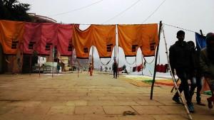 Varanasi, 10 dicembre 2016. Panni stesi nella nebbia.